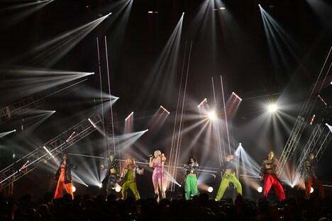 アン・マリーとE-girlsのコラボステージの様子。