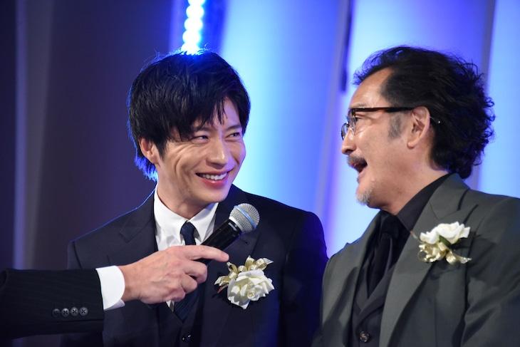 左から田中圭、吉田鋼太郎。