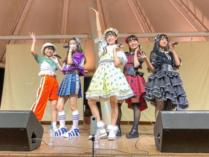 千葉・セブンパークアリオ柏でのロッカジャポニカ「MUGEN」リリース記念イベントの様子。(写真提供:キングレコード)