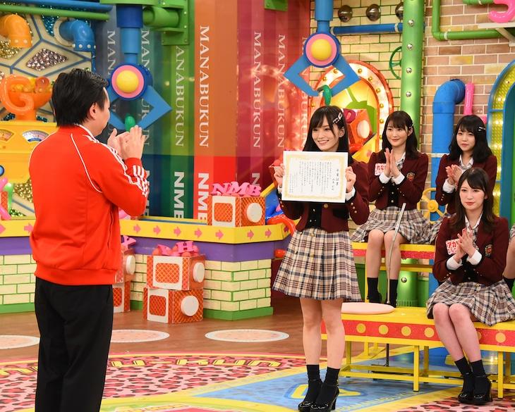 卒業証書を掲げる山本彩(NMB48)。(c)関西テレビ