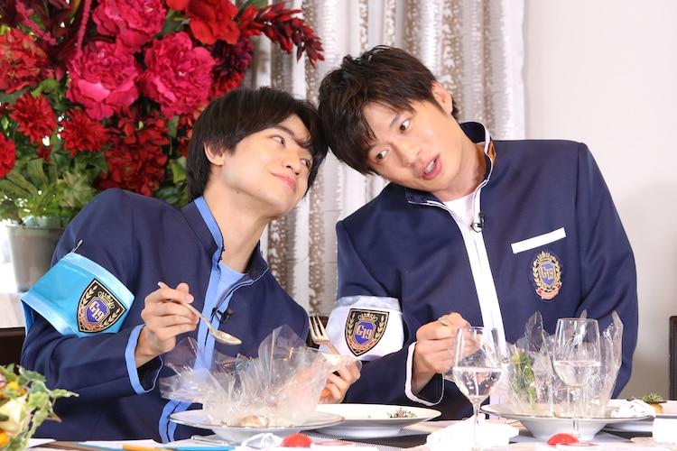 左から中島健人、田中圭。 (c)日本テレビ