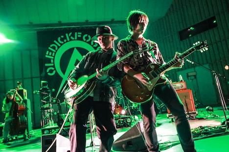 左から四條未来(Banjo)、スージー(G, Cho)。(Photo by Chabo)