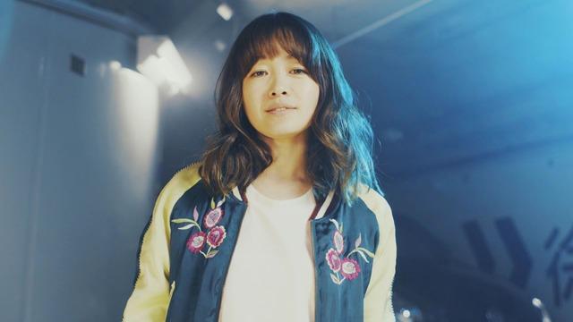 NakamuraEmi「相棒」ミュージックビデオのワンシーン。