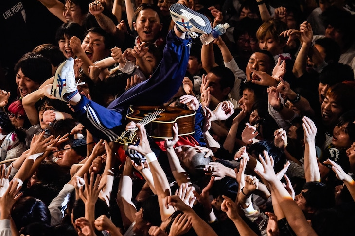 フロアにダイブする峯田和伸(銀杏BOYZ)。(Photo by AZUSA TAKADA)