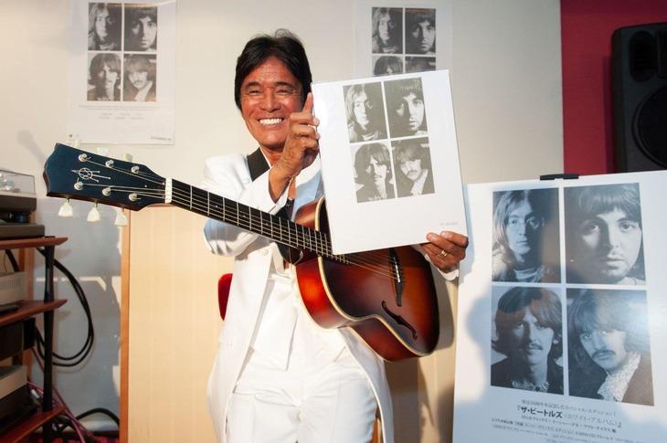 """全身真っ白の装いで""""ホワイト・アルバム""""を掲げる松崎しげる。(Photo by Ryota Mori)"""