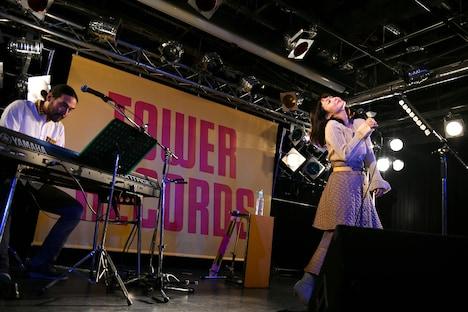 横山裕章(左)のピアノに乗せて「月曜日戦争」を歌う吉澤嘉代子(右)。