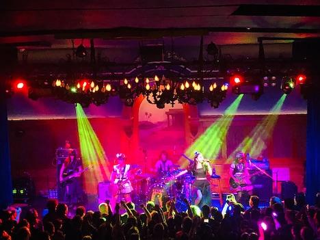 BAND-MAIDのアメリカ・ロサンゼルス公演の様子。(写真提供:日本クラウン)
