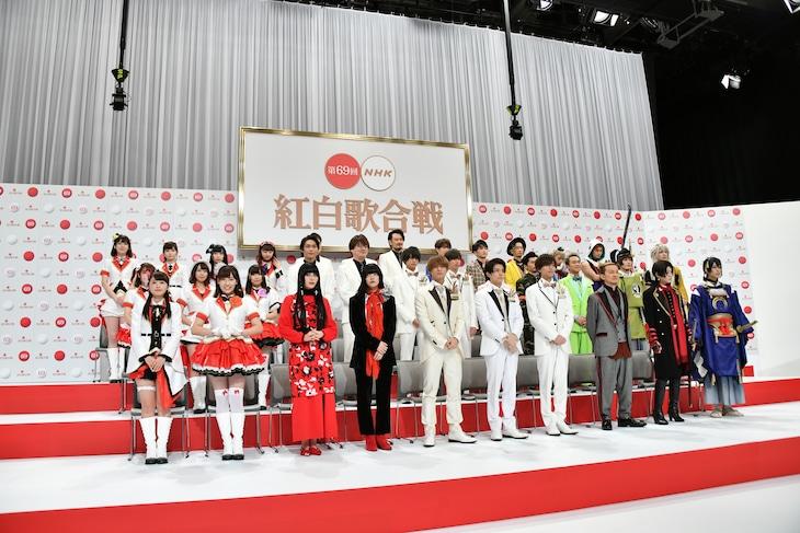 「第69回NHK紅白歌合戦」出場者発表会見より。左端がAqours、右端が刀剣男士。