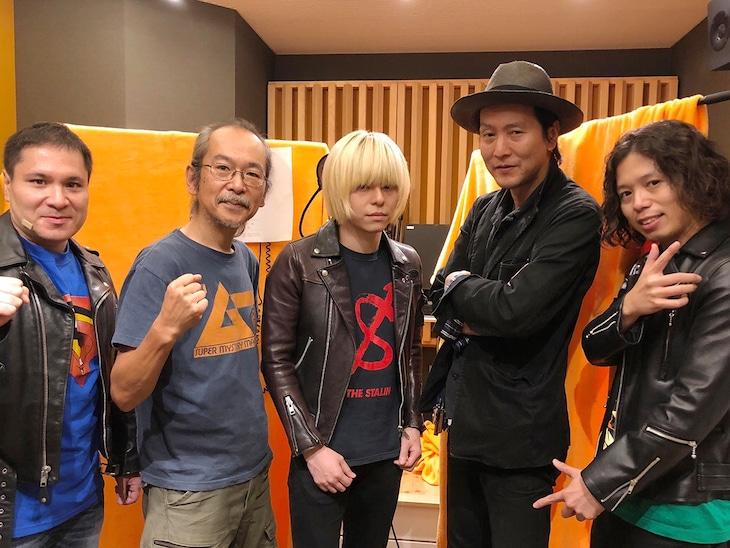 左からアントーニオ本多(THE 夏の魔物)、和嶋慎治(人間椅子)、成田大致(THE 夏の魔物)、Mr.PAN(THE NEATBEATS)、大内雷電(THE 夏の魔物)。