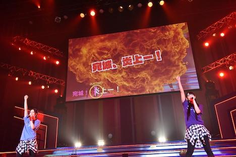 「燃えてもエンジョイ!宛城、炎上!! 」を歌う箱部なる(M・A・O)と小仏凪(佐倉薫)。