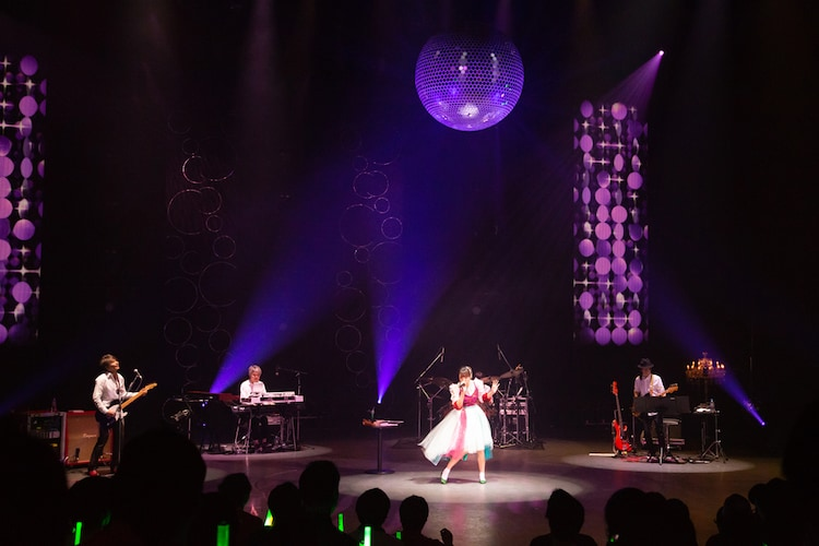 豊崎愛生「LAWSON presents 豊崎愛生 コンサート2018『AT living』」の様子。