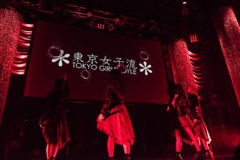 スクリーンに銃弾を撃ち込む東京女子流。