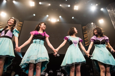 全曲披露を終え、手をつないでアスタライトに挨拶する東京女子流。