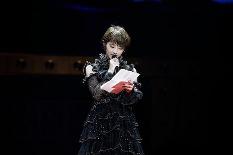 ファンへの手紙を読み上げる若月佑美。(写真提供:ソニー・ミュージックレコーズ)