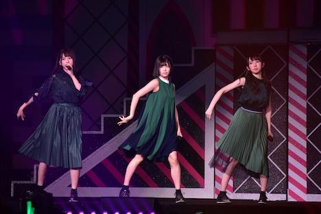 左から富田鈴花、松田好花、金村美玖。