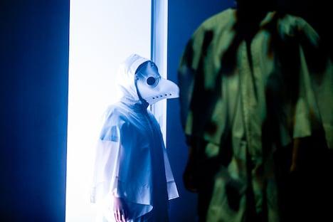 ペストマスクを身に着けたメンバー。(撮影:稲垣謙一)