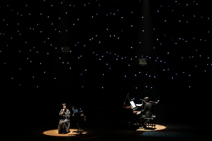 "「a brand new concert issue "" minima "" - ミニマ - Salyu × 小林武史 vol.4」東京・かつしかシンフォニーヒルズ モーツァルトホール公演の様子。(Photo by Taku Fujii)"