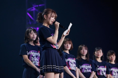 手紙を読み上げる川後陽菜。(写真提供:ソニー・ミュージックレコーズ)