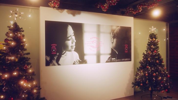 横浜赤レンガ倉庫に設置されている「#手つなぎポスター」。