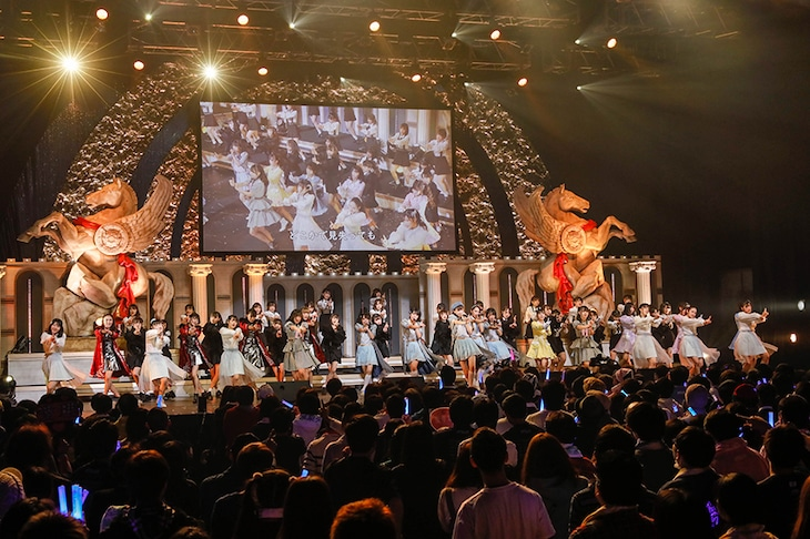 デビュー曲「バンドワゴン」を総勢52人で披露するラストアイドルファミリー。(Photo by Yoshifumi Shimizu)