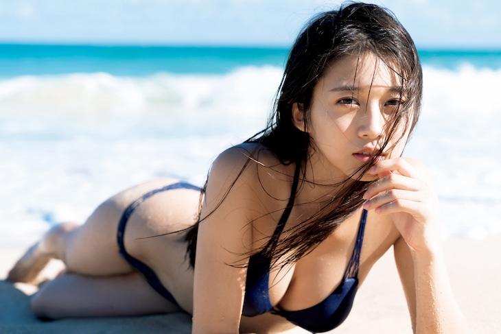 牧野真莉愛ソロ写真集「Maria 18 anos」掲載カット(撮影:唐木貴央)