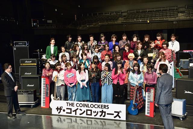 ワーナーミュージック・ジャパンの小林和之代表取締役兼CEOから1年後の東京・Zepp Tokyoワンマン開催を知らされ、喜びの表情を見せるザ・コインロッカーズ。