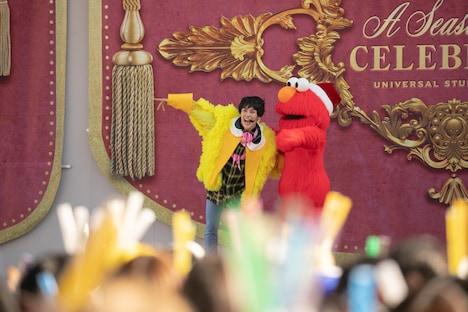 ユースケとエルモ。(撮影:米山三郎)(c)2018 Sesame Workshop