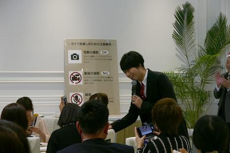 ファンと握手をする吉田結威(G, Vo)。