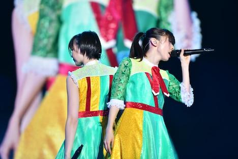 「中目黒の冬風・・・NAMIDA」を歌う安本彩花(左)と真山りか(右)。