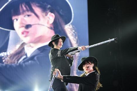 b.l.a.c.k_h.O.l.e」を歌う小林歌穂(左)と中山莉子(右)。