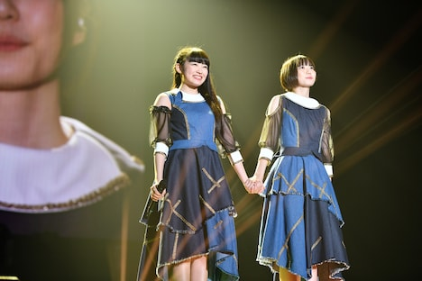 「リフレインが、ずっと」を歌う柏木ひなた(左)と安本彩花(右)。
