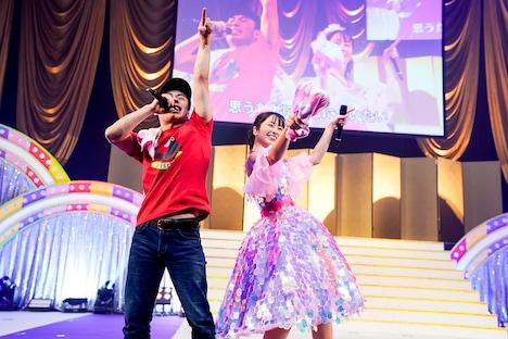 左からシルクロード(Fischer's)、佐々木彩夏。(Photo by HAJIME KAMIIISAKA+Z)