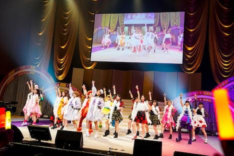 「LOVEマシーン」を踊る矢口真里、藤本美貴、アップアップガールズ(仮)、東京女子流、たこやきレインボー、ももくろちゃんZ。(Photo by HAJIME KAMIIISAKA+Z)