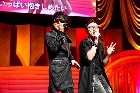 左から森友嵐士(T-BOLAN)、角田晃広(東京03)。(Photo by HAJIME KAMIIISAKA+Z)