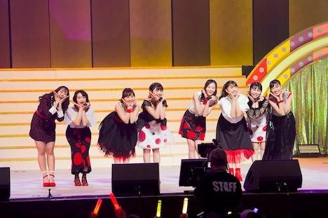 「おんなじキモチ」でコラボしたももいろクローバーZと東京女子流。(Photo by HAJIME KAMIIISAKA+Z)