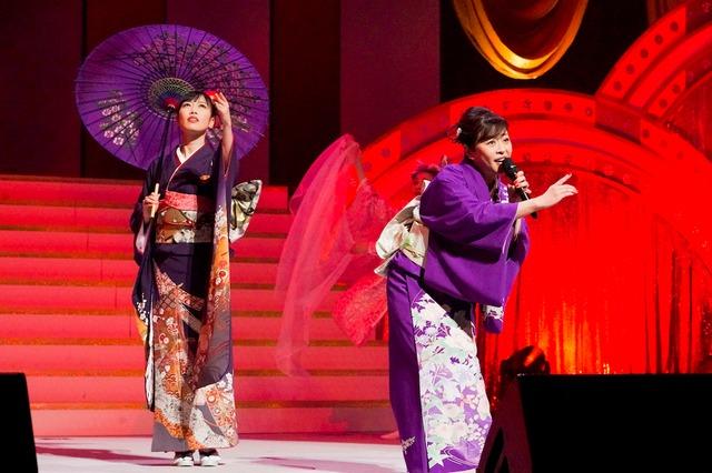 左から高城れに、松本明子。(Photo by HAJIME KAMIIISAKA+Z)