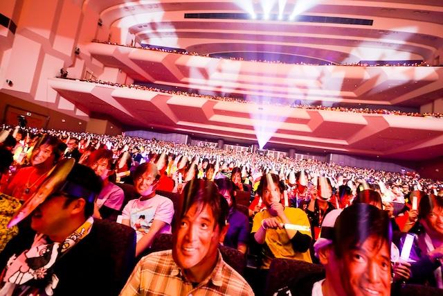 松崎しげるのお面を付けた観客。(Photo by HAJIME KAMIIISAKA+Z)