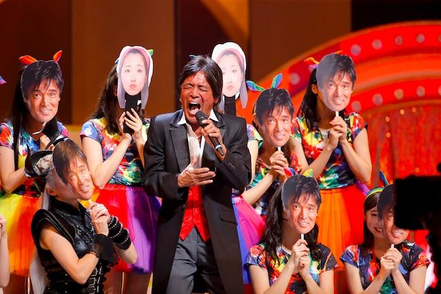 「愛のメモリー」を歌う松崎しげる。(Photo by HAJIME KAMIIISAKA+Z)