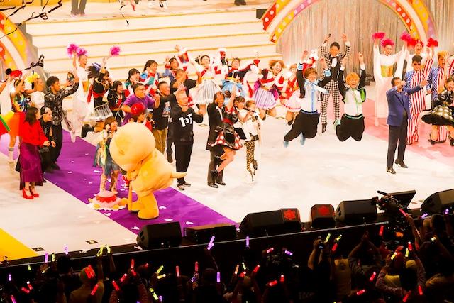ももいろクローバーZ「ゆく桃くる桃 ~第2回 ももいろ歌合戦~」の様子。(Photo by HAJIME KAMIIISAKA+Z)