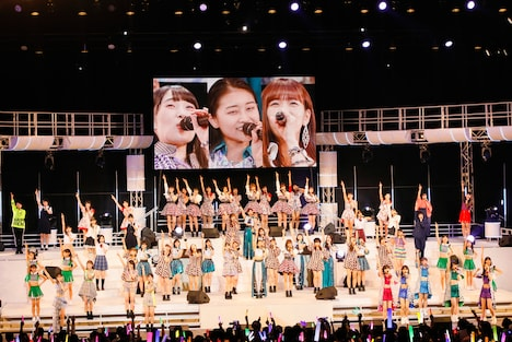 卒業する3人を中心に「笑顔に涙 ~THANK YOU! DEAR MY FRIENDS~」を歌うハロプロメンバー。(写真提供:アップフロント)