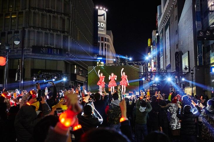 渋谷スクランブル交差点付近でのライブビューイングの様子。(写真提供:FUTURE-EXPERIMENT VOL.04 その瞬間を共有せよ。」)