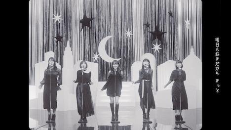 Little Glee Monster「恋を焦らず」ミュージックビデオより。