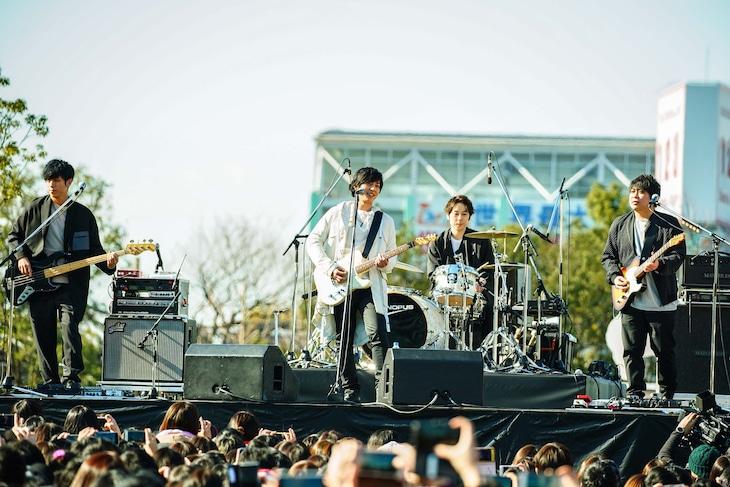 flumpoolが1月13日に大阪・天王寺公園で開催したライブの模様。(撮影:渡邉一生)