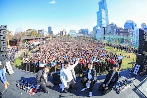 大阪・天王寺公園でライブを開催したflumpool。(撮影:渡邉一生)