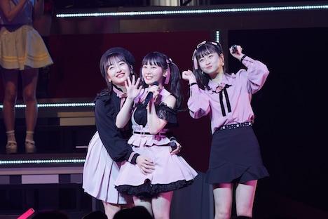 「ロマンティック病」パフォーマンスの様子。左から田島芽瑠、田中美久、松岡はな。 (c)AKS