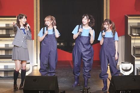 MCの様子。左から柏木由紀、加藤玲奈、大家志津香、込山榛香。 (c)AKS