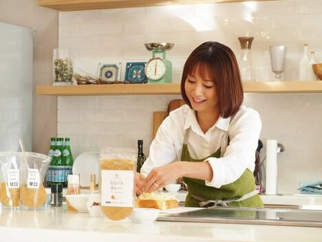なないろカレーを使って調理する鈴木亜美。