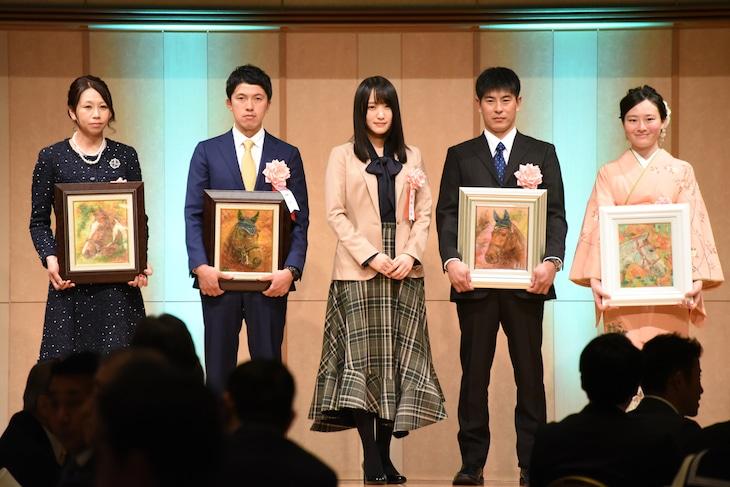 「平成30年度 日本馬術連盟 表彰式・祝賀会」に出席した菅井友香(中央 / 欅坂46)。