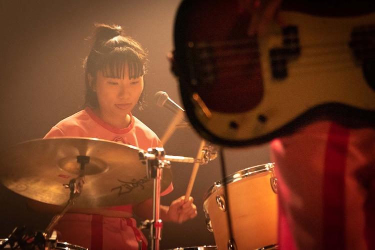 ユナ(Dr, Cho / CHAI)(Photo by Ryota Mori)