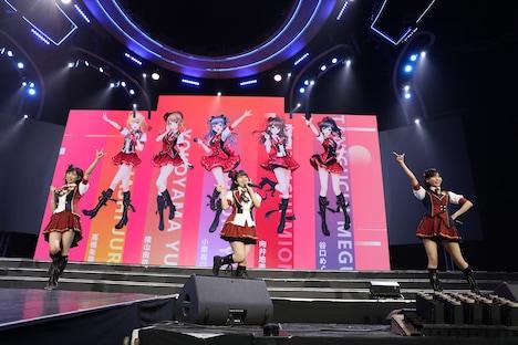 AKB48のミニステージの様子。 (c)AKS